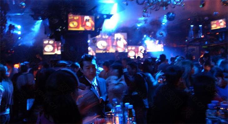 菲比酒吧是国内娱乐连锁企业诺亚方舟投资兴办的中高档时尚酒吧,菲芘