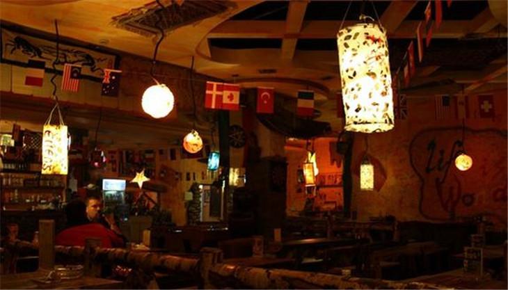 白领和热爱休闲生活的人士而打开的一扇集西餐,酒吧,音乐为一体的大门