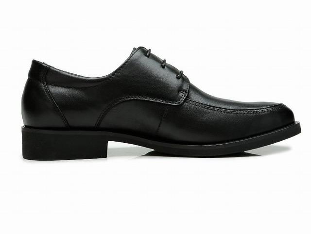 洋枪皮鞋有着业内顶尖的设计师团队和国际买手,他们时刻关注世界流行