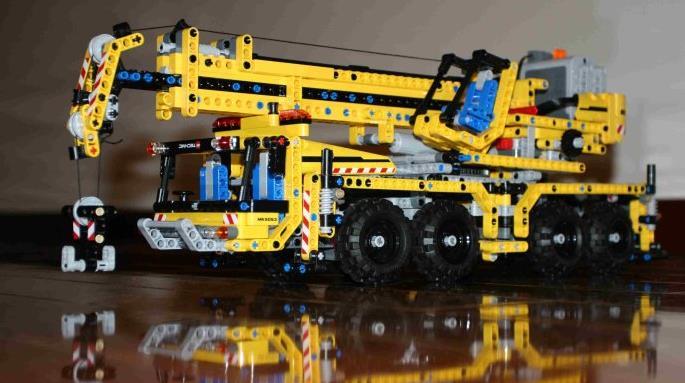 乐高集团是世界著名的玩具制造商,其销量始终列于世界十大玩具之列。 乐高拼砌玩具曾经伴随无数多孩子的成长,在孩子和家长的心目中,乐高代表的是快乐,是无限的想象,是创意的未来。 作为品牌的乐高,LEGO是丹麦语leg godt的合成品,意思是play well(玩得好),在拉丁语里,这个词的意思是I put together(我把它们砌好了)。乐高用play on(一直玩)作为品牌的自我表述,与LEGOplay well的品牌含义一脉相承。 发展到今天,乐高在世界范围内拥有两百万会
