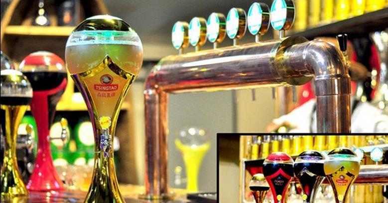 青岛啤酒股份有限公司(以下简称青岛啤酒)的前身是1903年8月由德国商人和英国商人合资在青岛创建的日耳曼啤酒公司青岛股份公司,它是中国历史悠久的啤酒制造厂商,2008年北京奥运会官方赞助商,目前品牌价值426.18亿元,居中国啤酒行业首位,跻身世界品牌500强。   1993年7月15日,青岛啤酒股票(0168)在香港交易所上市,是中国内地第一家在海外上市的企业。同年8月27日,青岛啤酒(600600)在上海证券交易所上市,成为中国首家在两地同时上市的公司。   上世纪90年代后期,运用兼并重组、破