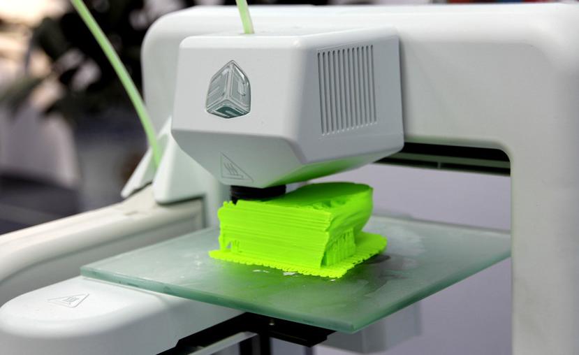 打印尺寸越大,往往价格越高:同样是桌面3d打印机,成型尺寸越大的价格会越贵,这是因为成型尺寸越大,对于机器的制造技术、工艺,以及机器的稳定性等各项参数的要求都会越高。如弘瑞Z500,可以满足Z轴最高560mm的成型体积,而且连续长时间工作,仍能保持良好的稳定性,因此价格方面达到了四万多元。   打印精度越高,价格会越高:3d打印机的精度很大部分由打印机本身的制造和装配精度决定,机器工作过程中的振动会严重影响打印精度。所以一款打印精度高的机器,往往具备用料优质、组合精密等特点。   喷头数量越多,价格