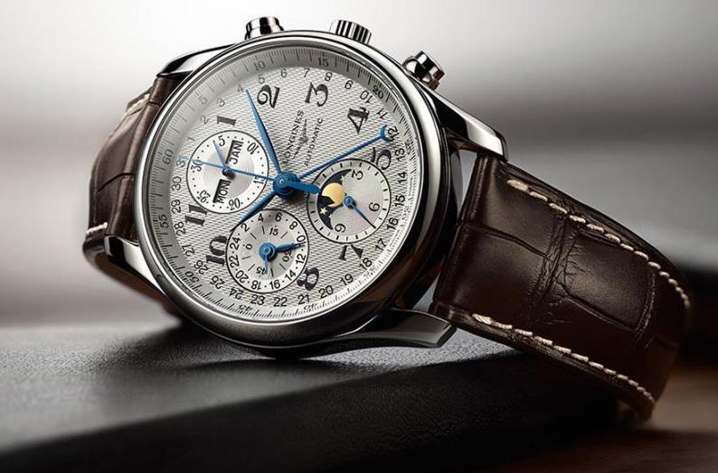 浪琴表(Longines)于1832年在瑞士索伊米亚创立,对传统、优雅与卓越性能的不懈追求成就了品牌精纯的制表专长。   作为世界锦标赛的计时器及国际联合会的合作伙伴,浪琴表品牌不但拥有着悠久而灿烂的历史,更以其优雅的钟表享誉全球,亦是世界领先钟表制造商 Swatch Group 公司的旗下一员。 浪琴表世家以飞翼沙漏为徽标,业务遍布全球逾 140 多个国家。1832年,奥古斯特阿加西(Auguste Agassiz)与位于圣耶米(Saint-Imier)的一家钟表行携手合作,进入钟表制造界,并迅速成