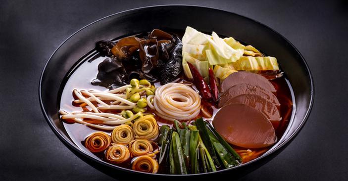 只要是在重庆华飞食品技术推广服务有限公司加盟重庆火锅米线项目的,公司都将提供开店全方位的支持,首先是店面选址支持、技术支持、运营支持、广告支持、原料支持、设备支持以及后期支持等等。  重庆火锅米线、重庆火锅米线,顾名思义就是:重庆的火锅里煮的米线,主要关键词就是重庆、火锅、米线。或者也可以理解为重庆火锅味道的米线;或者叫把米线放到火锅里面煮。总之一句话就是重庆火锅口味的米线,是一种用很大很大的土大碗装起了吃的米线。   重庆火锅米线有多种口味,非常有特色,是去年,也就是2014年悄悄在重庆兴起的一种非