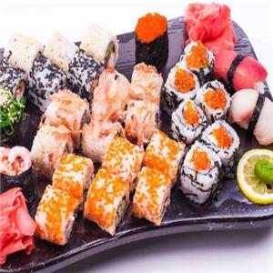 寿司竹帘上铺上保鲜膜,铺上用寿司醋拌好的米饭(寿司醋的分量依个人口