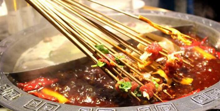 大家是不是串串和火锅傻傻分不清楚了呢?串串火锅,顾名思义就是串串和火锅的结合体,将串串放在火锅汤底中涮着吃,是不是一听就很有食欲了呢,成都串串火锅创新美食,特色十足,给大家美味刺激新体验。成都串串火锅品牌起源于唐朝,玄宗时期,巴蜀地区有一位厨艺超群的人,名叫唐川,他少时游历大川,回到四川以后,将蜀中的风格和各地饮食文化的长处结合,这就是川菜的原型。从唐代开始,巴蜀地区的人们就以各种辛辣调料作为主调,常常在煮的食物里面放大量调味品,火锅的原型即始于唐朝。   唐川一生致力于川菜的发展和改良,火锅令人拍案