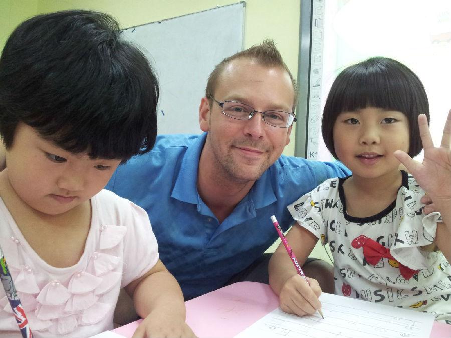 皇家少儿英语内,老师正在辅导学员功课