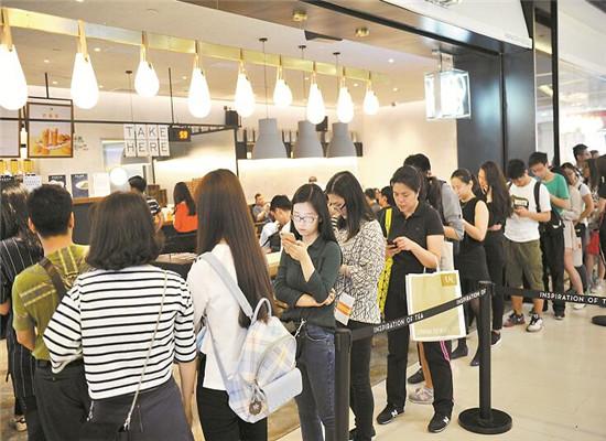 网红奶茶店生意繁忙