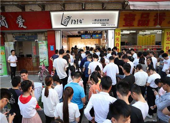网红1314奶茶店排队展示