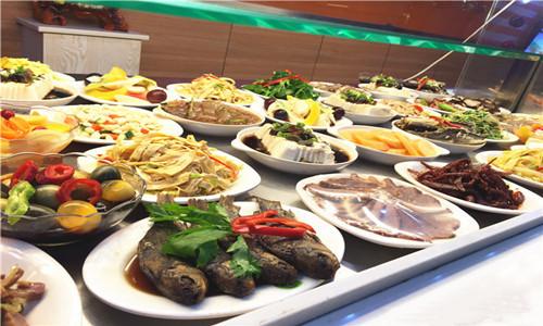 快餐门店陈列有各种餐品,供消费者选择