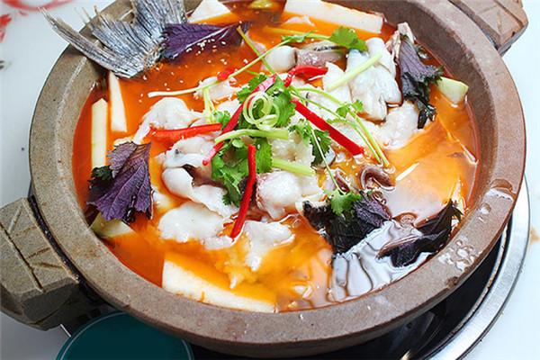 新石器食代蒸汽石锅鱼,经秘制配方制作而成