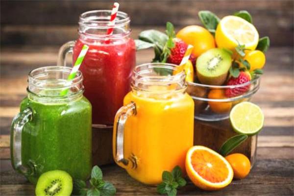 鲜榨果汁中含有多种营养成分