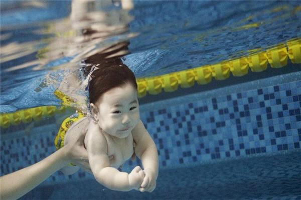 婴儿游泳体验展示